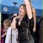 Kelly-Clarkson-Tongue-01
